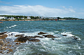 Coast with small houses on the Bay of Concarneau with rough sea and sunshine, Concarneau, Arrondissement Quimper, Departement Finistere, Brittany, France, Europe