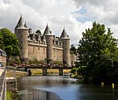 Josselin Castle and flower-decorated bridge over the Oust River, Josselin, Dept. Morbihan, Brittany, France, Europe