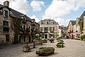 Romantischer Place du Puits im Sommer, Rochefort en Terre, Departement Morbihan, Bretagne, Frankreich, Europa
