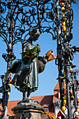 G? Nselieselbrunnen on the market square in the old town with Easter decorations, G? Ttingen, Lower Saxony, Germany, Europe