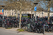 Train station of the university town of G? Ttigen with full bicycle parking, G? Ttingen, Lower Saxony, Germany, Europe