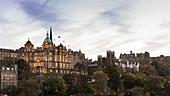 Blick auf die Altstadt von Edinburgh mit Burg, Edinburgh, Schottland, Großbritannien, Vereinigtes Königreich