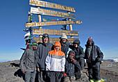 Kilimandscharo, angekommen auf dem Uhuru Peak, höchster Punkt 5895 Meter, unsere Familie mit den Bergführern