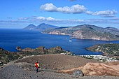 Frau auf dem Weg zum Vulkan mit Blick auf Lipari, das Meer und Salina, Insel Vulkano, Liparische Inseln, Süd- Italien