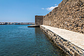 Am Ufer des Kastells Kales (Pirgos Koules) im Ort Ierápetra, Osten Kreta, Griechenland
