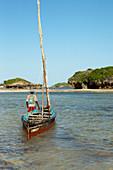 Fischer mit traditionellem Boot am Hauptstrand von Watamu, Malindi, Kenia