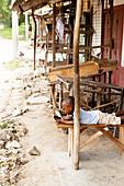 Kenianisches Kind mit Smartphone, Ruinenstadt, Gede, Malindi, Kenia