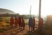 Gruppe von Masai am Morgen, Nationalpark Masai Mara, Serengeti, Kenia