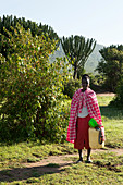 Masai Frau beim Wasser holen, Nationalpark Masai Mara,  Serengeti, Kenia