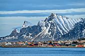 Häuser von Ramberg mit Felsbergen im Hintergrund, Ramberg, Lofoten, Nordland, Norwegen