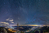 Sternhimmel über Gipfelkreuz und Inntal, am Kranzhorn, Chiemgauer Alpen, Chiemgau, Oberbayern, Bayern, Deutschland