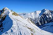 Frau auf Skitour steigt auf zum Wetterkreuzkogel, Wetterkreuzkogel, Stubaier Alpen, Tirol, Österreich