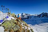 Frau auf Skitour macht Pause, Wetterkreuzkogel, Stubaier Alpen, Tirol, Österreich