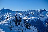 Mehrere Personen auf Skitour am Kreuz des Wetterkreuzkogel, Ötztaler Alpen im Hintergrund, Wetterkreuzkogel, Stubaier Alpen, Tirol, Österreich