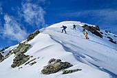 Vier Personen auf Skitour steigen zum Pangert auf, Pangert, Tuxer Alpen, Tirol, Österreich