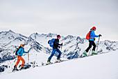 Drei Personen auf Skitour steigen zum Ronachgeier auf, Zillertaler Alpen im Hintergrund, Ronachgeier, Kitzbüheler Alpen, Salzburg, Österreich