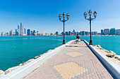 Tourist am Breakwater Beach in Abu Dhabi, VAE