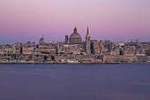 Wunderschöner Blick kurz nach Sonnenuntergang von Sliema nach Valletta, Malta