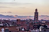 Blick über die Dächer bis ins Hinterland von Marrakesch, Marokko