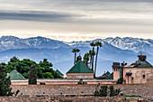 Blick von Marrakesch auf die verschneiten Gipfel des Atlas-Gebirges, Marokko