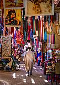 Älterer einheimischer Mann spaziert durch den Souk von Marrakesch, Marokko