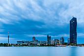 Blick auf die Donau City und den DC Tower zur Blauen Stunde in Wien, Österreich