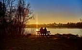 Menschen in der Abendsonne am Rhein, Deutschland