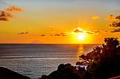 Sonnenuntergang am Strand vor dem Stromboli, Kalabrien, Italien