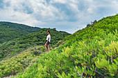 Touristin am Weg zum Kastro Strand auf der Insel Skiathos, Griechenland