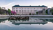 Spiegelung des Schloss Mirabell im Mirabellgarten in Salzburg, Österreich