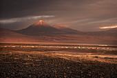 Panorama Blick auf San Pedro de Atacama mit Vulkan Licancabur in der Cordillera Occidental, Atacama Wüste, Region Antofagasta, Chile, Südamerika