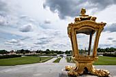 Blick auf den Platz vor dem Nymphenburger Schloss, im Vordergrund eine Goldene Lampe,  München, Bayern, Deutschland, Europa