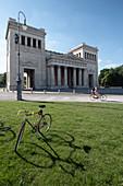 Blick auf den Königsplatz in München, im Vordergrund ein Fahrrad, München, Bayern, Deutschland, Europa