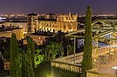 Frankreich, Rhone, Lyon, von der UNESCO zum Weltkulturerbe erklärt, Blick auf die Kathedrale von Lyon (Kathedrale Saint-Jean-Baptiste de Lyon) und die Terrasse des Hotels Villa Florentine vom Hügel Fourviere