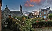 Frankreich, Morbihan, Golf von Morbihan, La-Vraie-Croix, Regionaler Naturpark Golf von Morbihan, typisches Dorf aus Granitstein bei Sonnenuntergang