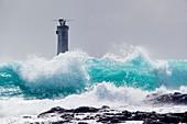Frankreich, Finistère, Quessant, Pointe de Pern, Regionaler Naturpark Armorique, Ile du Ponant, grün-blaue Wellen am Leuchtturm Phare de Nividic