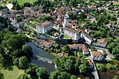 Frankreich, Dordogne, Perigord Vert, Bourdeilles, das Schloss über dem Dorf und die Dronne (Luftaufnahme)