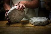 Frankreich, Savoie, Aillon-leJeune, Bauges-Gebirge, Bauernhof La Correrie, Käseherstellung von Tome des Bauges AOP