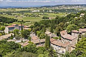 Frankreich, Vaucluse, Seguret, ausgezeichnet mit der kulturhistorischen Auszeichnung 'Les Plus Beaux Villages de France' (Die schönsten Dörfer Frankreichs), das mittelalterliche Dorf mit Blick auf die Ebene der Weinberge AOC Cotes du Rhone