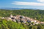 Frankreich, Var, Halbinsel Saint Tropez, Ramatuelle, mittelalterliches Dorf und Golf von Saint Tropez im Hintergrund