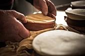 Frankreich, Haute-Savoie, Abondance Valley, Abondance, Abondance-Vacherin-Käse, Herstellung im Winter, Käsereifung, Regis Grillet Munier