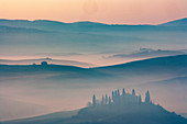 Bäume auf Hügeln bei Sonnenuntergang in der Toskana, Italien