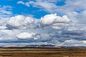 Hügel unter Wolken