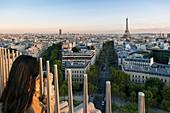 Frankreich, Paris, Panoramablick von der Terrasse des Arc de Triomphe bis zum Eiffelturm