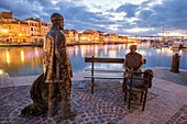 France, Bouches-du-Rhône, Martigues, quay of the Girondins, the bronze statues: the Pêcheur and Ramendeuse (2010) of Sébastien Langloys