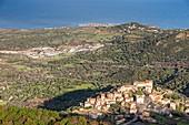 Frankreich, Haute-Corse, Balagne, Blick auf das Dorf Pigna auf dem Hügel