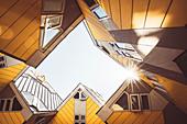 Kubushäuser vom Architekten Piet Blom bei Sonnenschein und blauem Himmel, Overblaak 70, Rotterdam, Niederlande