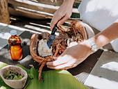 Kokosnuss verarbeiten (für Verzehrung und für Naturheilkunde), Kokomo Private Island, Fidschi-Inseln, Ozeanien