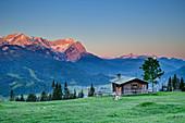 Alm vor Wetterstein mit Alpspitze und Zugspitze bei Sonnenaufgang, Wank, Estergebirge, Werdenfels, Bayerische Alpen, Oberbayern, Bayern, Deutschland