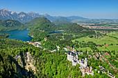Tiefblick auf Schloss Neuschwanstein mit Alpsee und Schwansee, Tannheimer Berge im Hintergrund, vom Tegelberg, Ammergauer Alpen, Schwaben, Bayern, Deutschland
